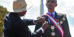 museveni_gives_medal_to_kagame_0